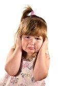 Hosco : Trastorne a pequeña muchacha casi gritadora asustada del smth aislado en blanco Foto de archivo